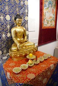 Экспозиция выставки - статуя Будды